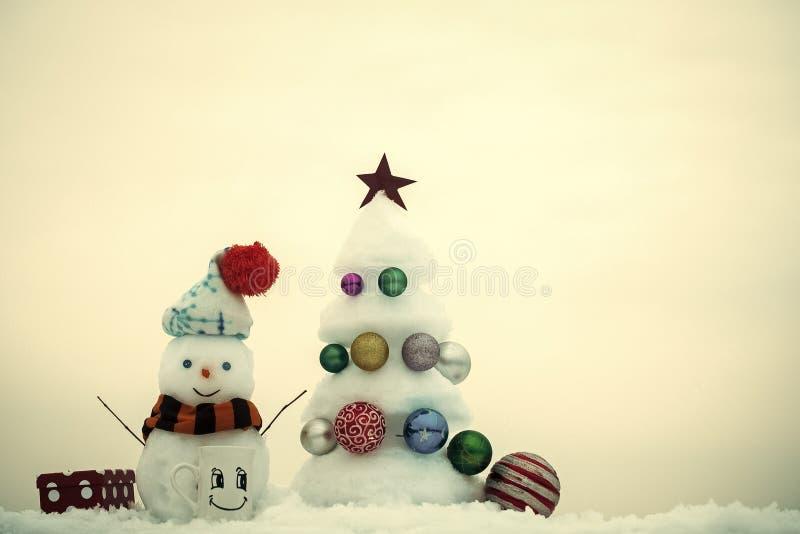 Χριστουγεννιάτικο δέντρο με τις διακοσμήσεις σφαιρών, το φλυτζάνι και το παρόν κιβώτιο στοκ φωτογραφίες με δικαίωμα ελεύθερης χρήσης