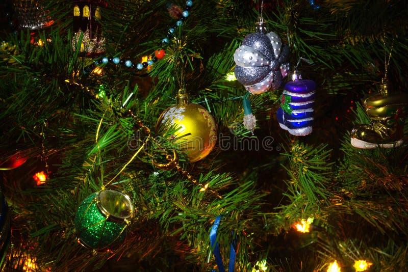 Download Χριστουγεννιάτικο δέντρο με τις διακοσμήσεις Στοκ Εικόνα - εικόνα από τα, ζωηρόχρωμος: 22796987