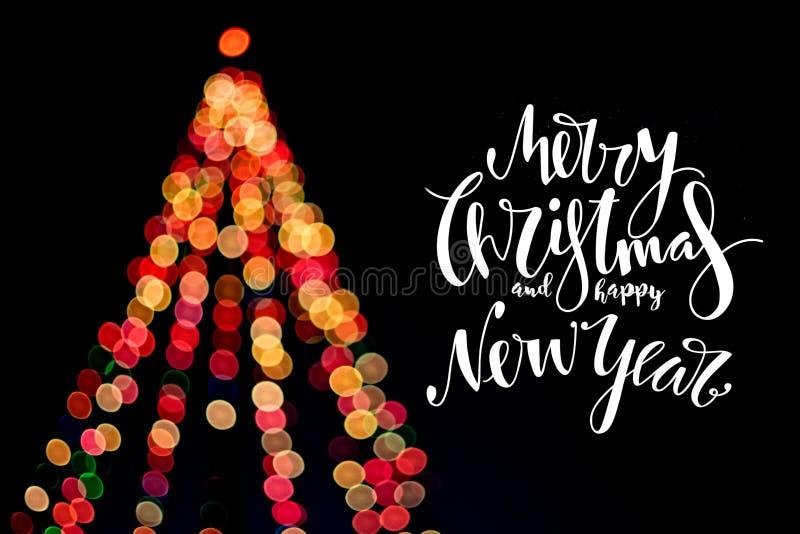 Χριστουγεννιάτικο δέντρο με τις επιθυμίες που γράφονται στο σκοτεινό υπόβαθρο στοκ φωτογραφίες