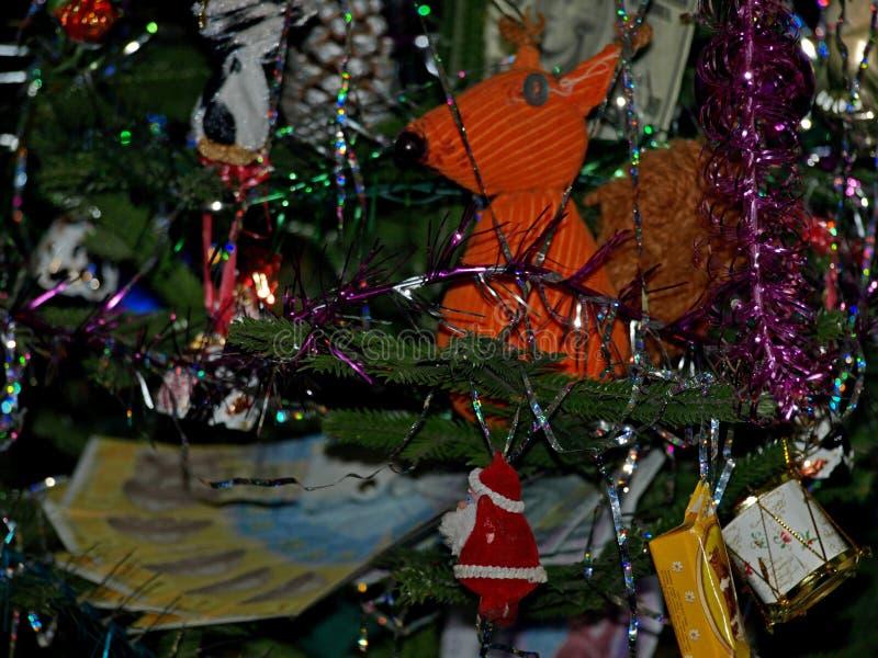 Χριστουγεννιάτικο δέντρο με το σκίουρο στοκ φωτογραφία