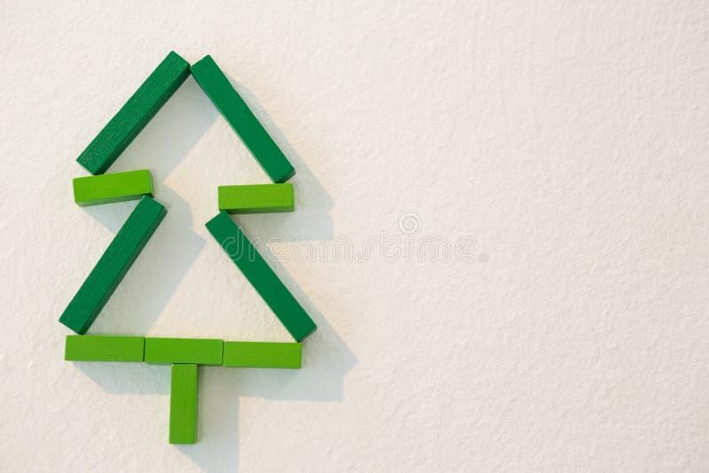 Χριστουγεννιάτικο δέντρο που γίνεται από τους πράσινους φραγμούς στοκ φωτογραφίες με δικαίωμα ελεύθερης χρήσης