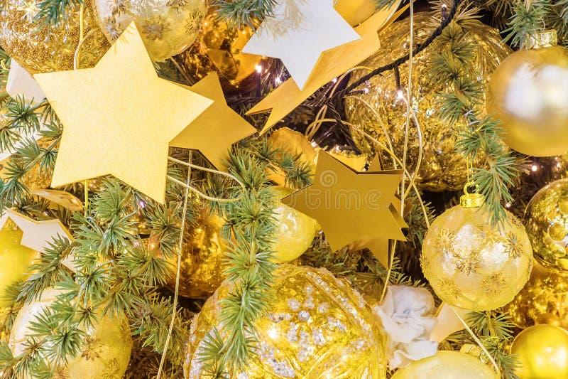 Χριστουγεννιάτικο δέντρο που διακοσμείται με τις διακοσμήσεις στοκ φωτογραφίες με δικαίωμα ελεύθερης χρήσης