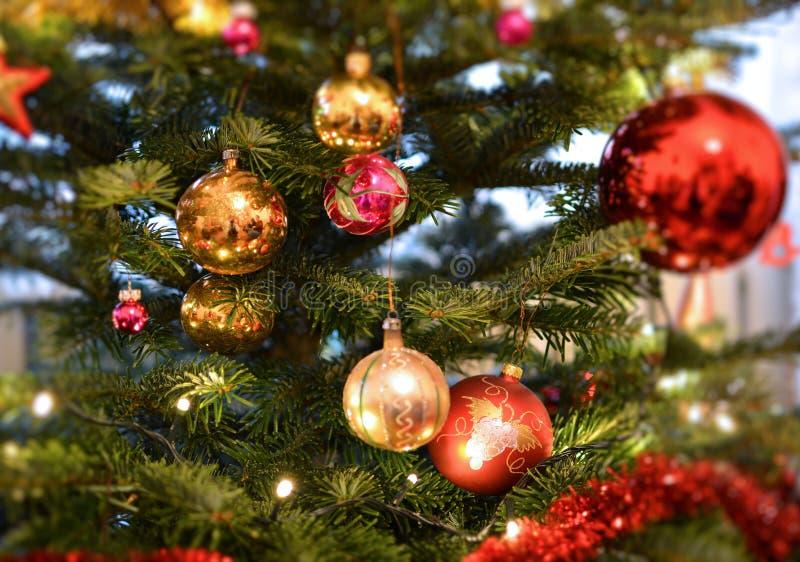 Χριστουγεννιάτικο δέντρο που διακοσμείται με τις διακοσμήσεις μπιχλιμπιδιών γυαλιού στοκ φωτογραφία με δικαίωμα ελεύθερης χρήσης