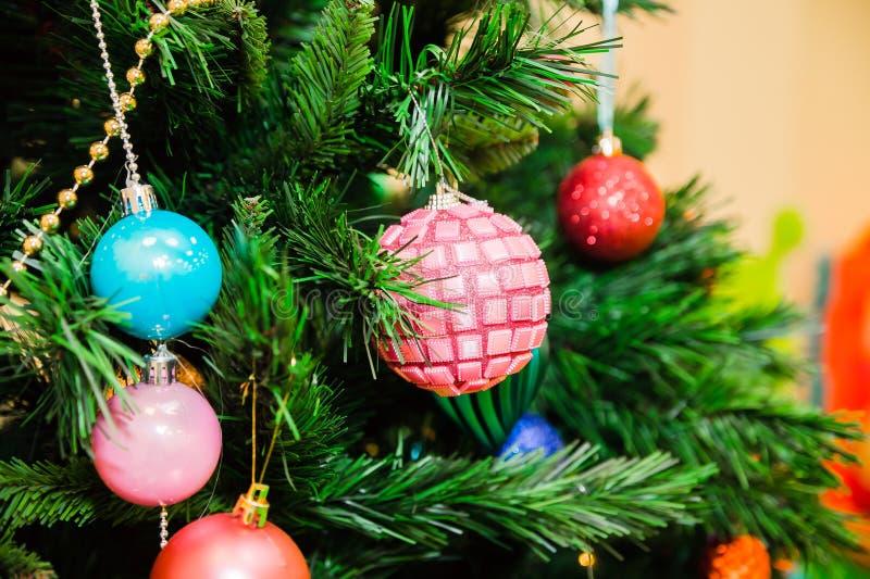 Χριστουγεννιάτικο δέντρο που διακοσμείται με τις μπλε, ρόδινες και κόκκινες σφαίρες στοκ φωτογραφία με δικαίωμα ελεύθερης χρήσης