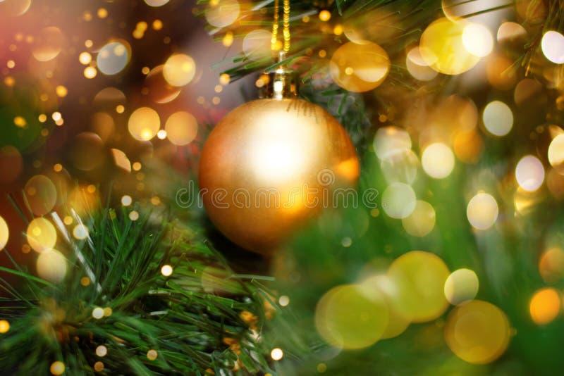 Χριστουγεννιάτικο δέντρο που διακοσμείται με το χρυσό μπιχλιμπίδι στοκ εικόνες με δικαίωμα ελεύθερης χρήσης