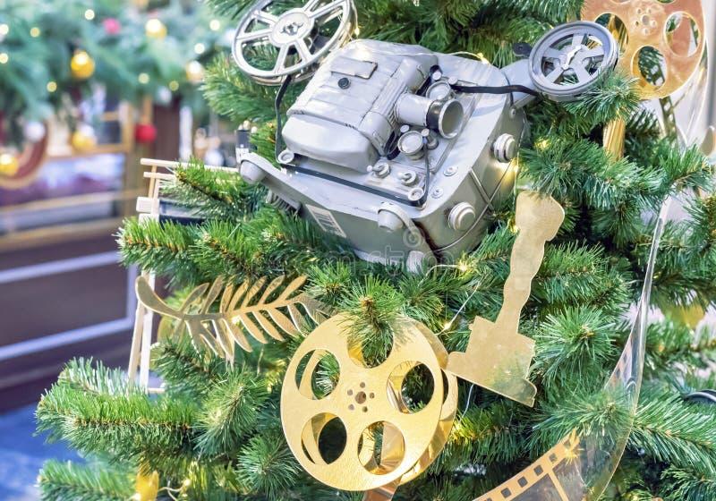 Χριστουγεννιάτικο δέντρο που διακοσμείται στο ύφος του κινηματογράφου στοκ φωτογραφίες