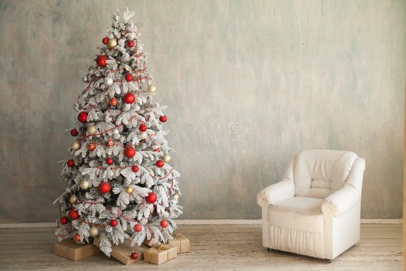 Χριστουγεννιάτικο δέντρο σε ένα δωμάτιο με παιχνιδιών και δώρων χειμερινή κάρτα έτους διακοπών τη νέα στοκ εικόνες