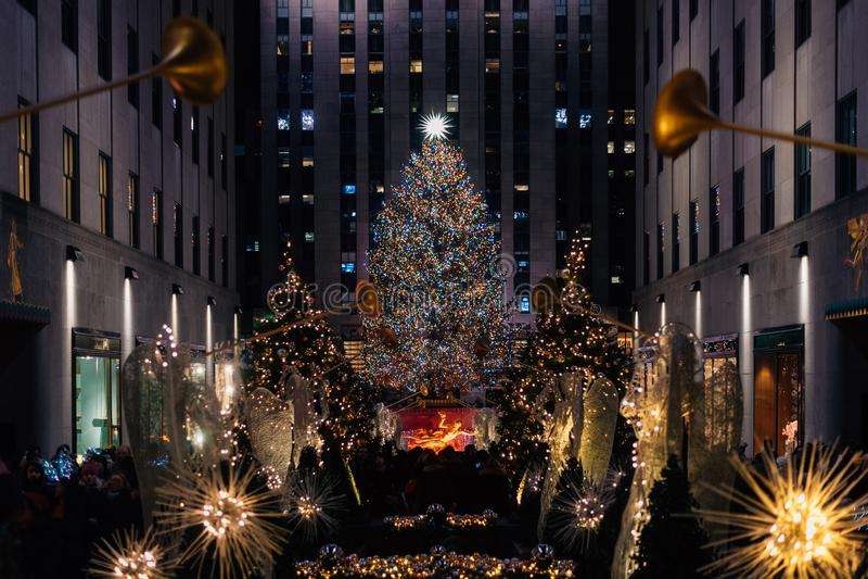 Χριστουγεννιάτικο δέντρο στο κέντρο Rockefeller τη νύχτα, στο της περιφέρειας του κέντρου Μανχάταν, πόλη της Νέας Υόρκης στοκ εικόνα