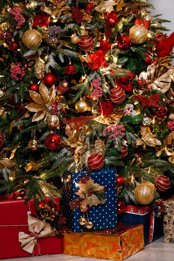 Χριστουγεννιάτικο δέντρο στο κόκκινος-χρυσό ύφος στοκ φωτογραφία με δικαίωμα ελεύθερης χρήσης