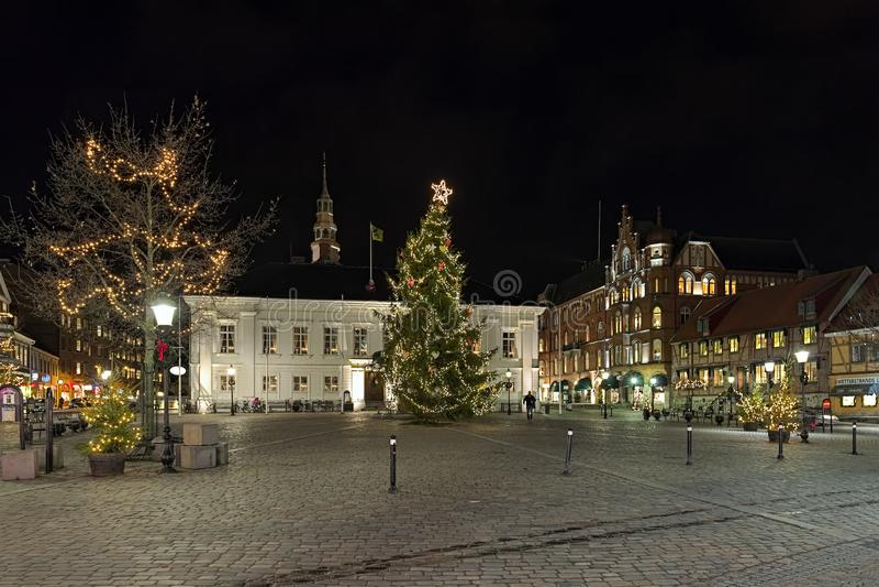 Χριστουγεννιάτικο δέντρο στο κύριο τετράγωνο Ystad στη νύχτα, Σουηδία στοκ φωτογραφίες