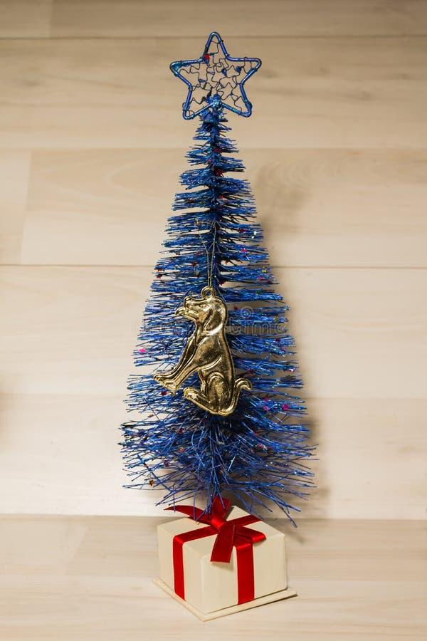 Χριστουγεννιάτικο δέντρο στο μπλε με μια διακόσμηση υπό μορφή σκυλιού στοκ φωτογραφίες