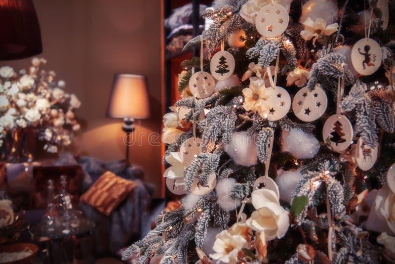 Χριστουγεννιάτικο δέντρο στο σπίτι στοκ εικόνες με δικαίωμα ελεύθερης χρήσης