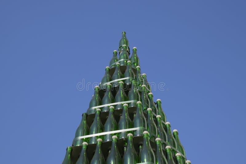 Χριστουγεννιάτικο δέντρο των μπουκαλιών της σαμπάνιας Δημιουργικός από τα μπουκάλια Κενά μπουκάλια της σαμπάνιας στοκ φωτογραφία με δικαίωμα ελεύθερης χρήσης
