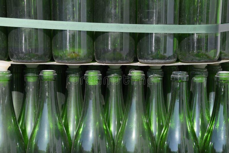 Χριστουγεννιάτικο δέντρο των μπουκαλιών της σαμπάνιας Δημιουργικός από τα μπουκάλια Κενά μπουκάλια της σαμπάνιας στοκ φωτογραφίες με δικαίωμα ελεύθερης χρήσης