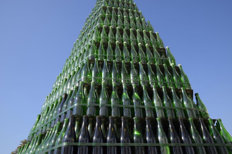 Χριστουγεννιάτικο δέντρο των μπουκαλιών της σαμπάνιας Δημιουργικός από τα μπουκάλια Κενά μπουκάλια της σαμπάνιας στοκ εικόνα με δικαίωμα ελεύθερης χρήσης