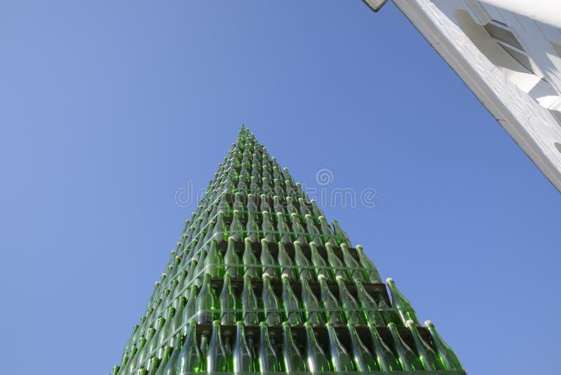 Χριστουγεννιάτικο δέντρο των μπουκαλιών της σαμπάνιας Δημιουργικός από τα μπουκάλια Κενά μπουκάλια της σαμπάνιας στοκ εικόνα