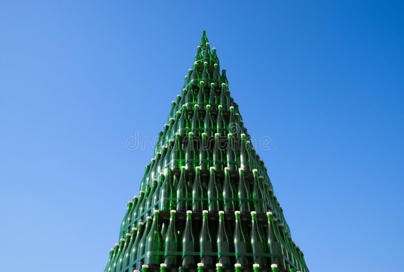 Χριστουγεννιάτικο δέντρο των μπουκαλιών της σαμπάνιας Δημιουργικός από τα μπουκάλια Κενά μπουκάλια της σαμπάνιας στοκ φωτογραφίες