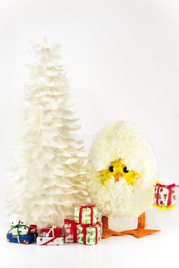 Χριστουγεννιάτικο δέντρο φτερών με το αυγό κοτόπουλου στοκ φωτογραφία