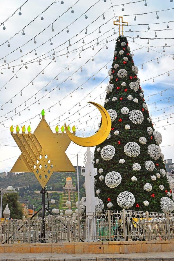 Χριστουγεννιάτικο δέντρο, Hanukkah menorah και ημισέληνος στη Χάιφα, Ισραήλ στοκ εικόνες με δικαίωμα ελεύθερης χρήσης