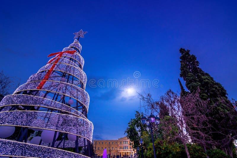 Χριστουγεννιάτικο δέντρο LIT στο τετράγωνο συντάγματος στην Αθήνα, Ελλάδα με το κτήριο των Κοινοβουλίων στοκ φωτογραφίες με δικαίωμα ελεύθερης χρήσης