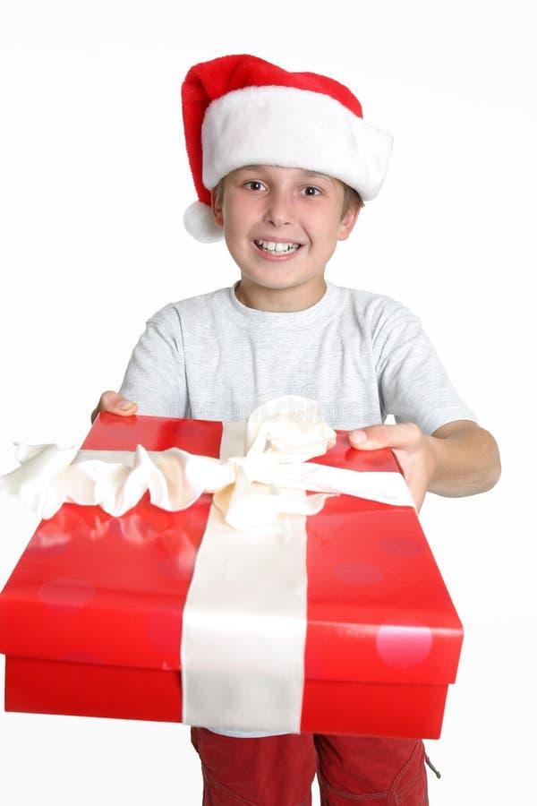 χριστουγεννιάτικο δώρο αγοριών στοκ φωτογραφία με δικαίωμα ελεύθερης χρήσης
