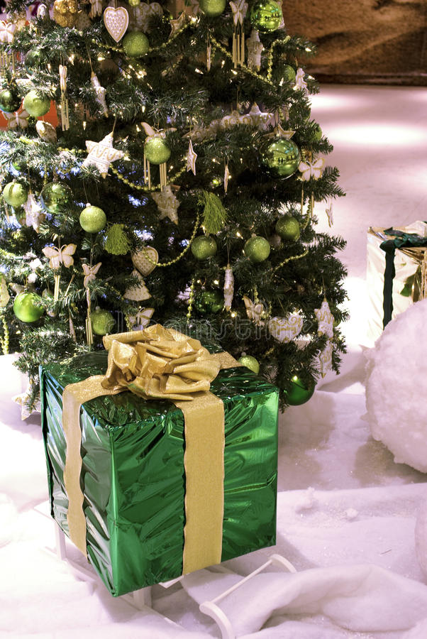 Χριστουγεννιάτικο δώρο και δέντρο στοκ εικόνα