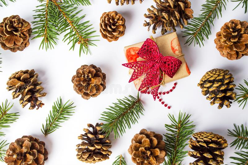 Χριστουγεννιάτικο δώρο με το εορταστικό υπόβαθρο κώνων πεύκων στοκ φωτογραφία με δικαίωμα ελεύθερης χρήσης