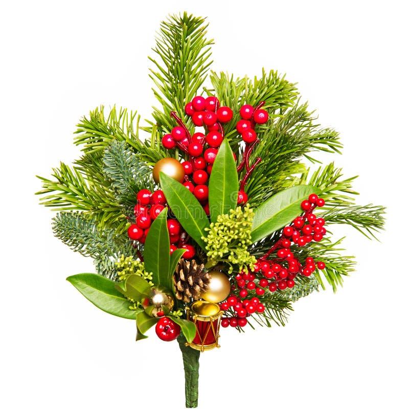 Χριστουγεννιάτικο μπουκέτο απομονωμένο σε λευκά, κόκκινα μούρα Xmas και πράσινα φύλλα στοκ εικόνες με δικαίωμα ελεύθερης χρήσης