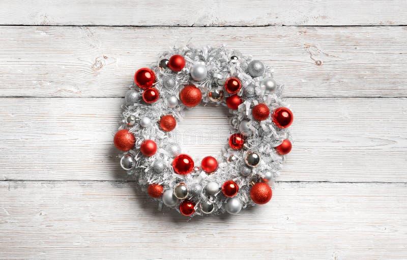 Χριστουγεννιάτικο στεφάνι στο λευκό, ξύλινο φόντο, κρεμασμένο διακόσμηση στον τοίχο με σανίδες ξύλου στοκ εικόνες