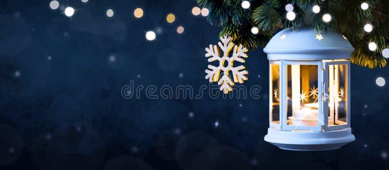 Χριστουγεννιάτικο Φανάρι Στο Χιόνι Με Πεύκο στοκ φωτογραφίες με δικαίωμα ελεύθερης χρήσης