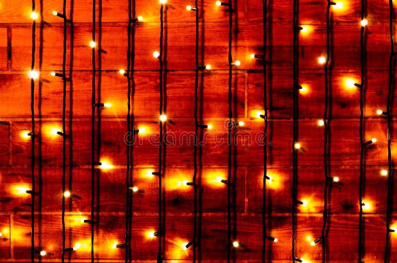 Χριστουγεννιάτικο φόντο για γιορτές Φώτα από κηπουρούς σε ξύλινο φόντο Χριστουγεννιάτικα ή πρωτοχρονιάτικα χρώματα στοκ φωτογραφία