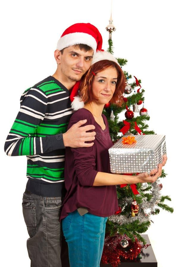 Χριστουγεννιάτικο δώρο εκμετάλλευσης ζεύγους στοκ εικόνες με δικαίωμα ελεύθερης χρήσης