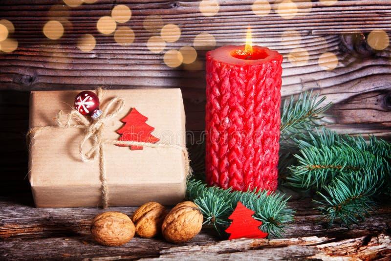 Χριστουγεννιάτικο δώρο, κερί και έλατο στοκ εικόνα