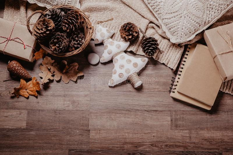 Χριστούγεννα ή νέα δώρα έτους Έννοια ντεκόρ διακοπών Τονισμένη εικόνα Τοπ όψη στοκ εικόνα