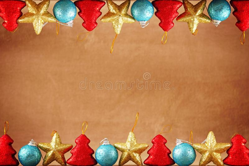 Χριστούγεννα ή νέο εορταστικό καφετί υπόβαθρο έτους με τα σύνορα κορυφών και κατώτατων σημείων φιαγμένα από παιχνίδια Χριστουγένν στοκ φωτογραφίες με δικαίωμα ελεύθερης χρήσης