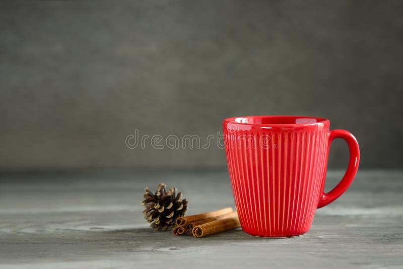 Χριστούγεννα ή νέο ποτό χειμερινών διακοπών έτους ζεστό σε ένα κόκκινο φλυτζάνι στοκ φωτογραφία