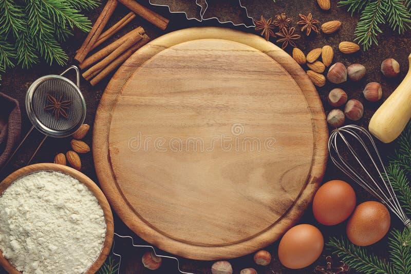 Χριστούγεννα ή νέο υπόβαθρο αρτοποιείων έτους με τα συστατικά για τη συνταγή της ζύμης Χριστουγέννων στοκ εικόνες με δικαίωμα ελεύθερης χρήσης