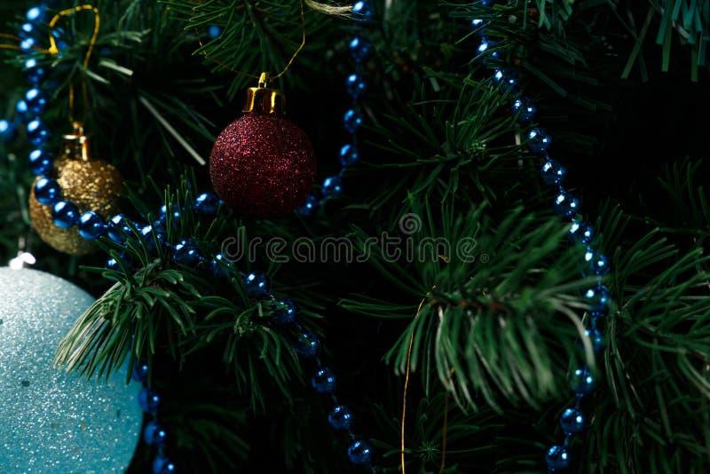 Χριστούγεννα ή νέο υπόβαθρο διακοσμήσεων έτους: κλάδοι γούνα-δέντρων, ζωηρόχρωμες σφαίρες γυαλιού στο μαύρο υπόβαθρο grunge στοκ εικόνες