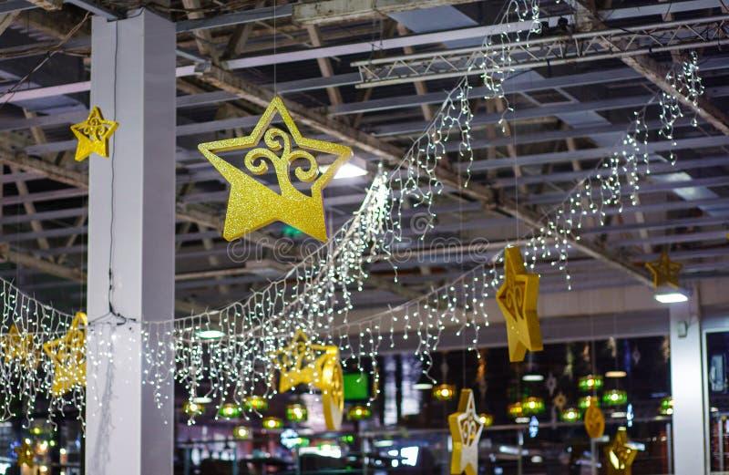 Χριστούγεννα εύθυμα καλή εορταστική κινηματογράφηση σε πρώτο πλάνο διακοσμήσεων, όμορφα παιχνίδια για το νέο έτος στοκ φωτογραφίες με δικαίωμα ελεύθερης χρήσης