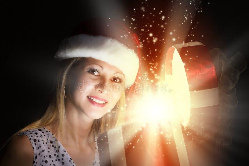 Χριστούγεννα κάποιος ριγωτό αιφνιδιαστικό tiptoe γυναικείων καλτσών στα Χριστούγεννα δέντρων στοκ φωτογραφίες
