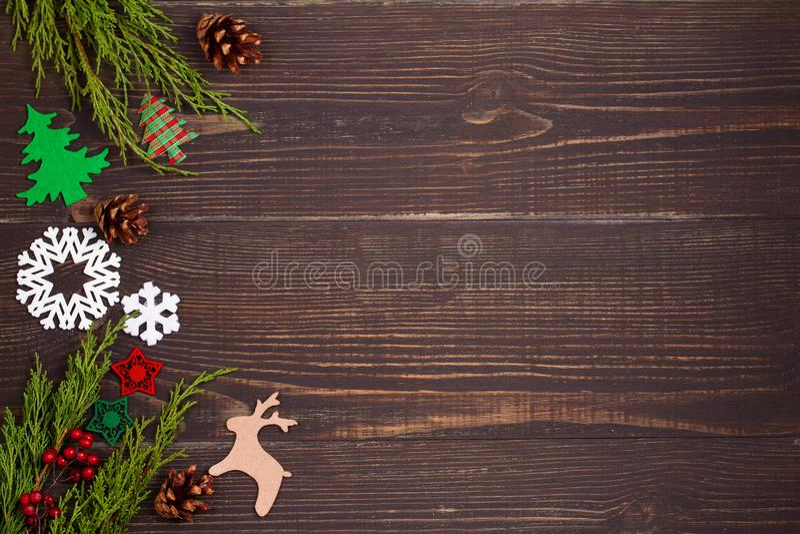 Χριστούγεννα και νέα ανασκόπηση έτους Έννοια χειμερινών διακοπών με τις διακοσμήσεις στο ξύλινο υπόβαθρο στοκ εικόνα