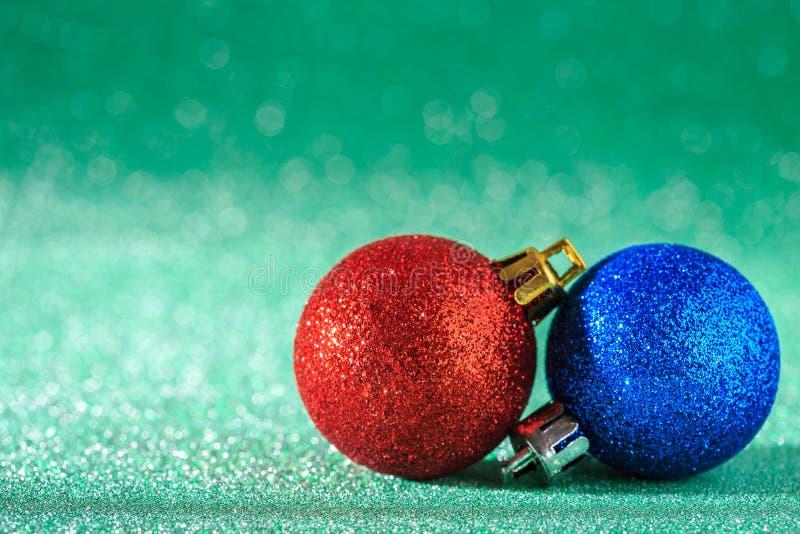 Χριστούγεννα και νέα ανασκόπηση έτους Μπλε και κόκκινη σφαίρα ο Χριστουγέννων στοκ φωτογραφίες με δικαίωμα ελεύθερης χρήσης