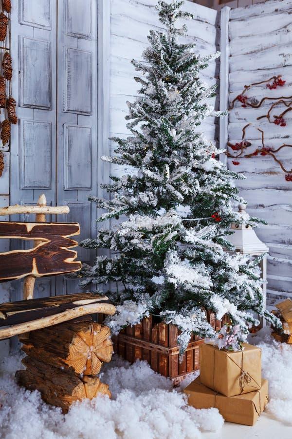 Χριστούγεννα και νέα διακόσμηση έτους πέρα από το άσπρο ξύλινο ύφος σοφιτών υποβάθρου εκλεκτής ποιότητας στοκ φωτογραφίες