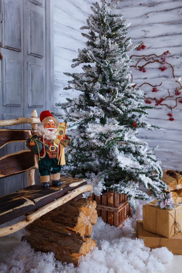 Χριστούγεννα και νέα διακόσμηση έτους πέρα από το άσπρο ξύλινο ύφος σοφιτών υποβάθρου εκλεκτής ποιότητας στοκ εικόνα