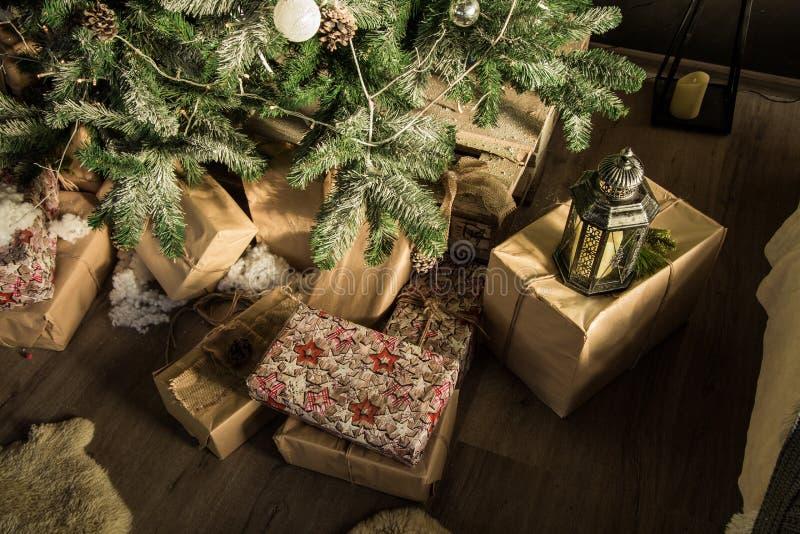 Χριστούγεννα και νέα δώρα έτους κοντά στο λαμπτήρα χριστουγεννιάτικων δέντρων στο δώρο στοκ φωτογραφία με δικαίωμα ελεύθερης χρήσης
