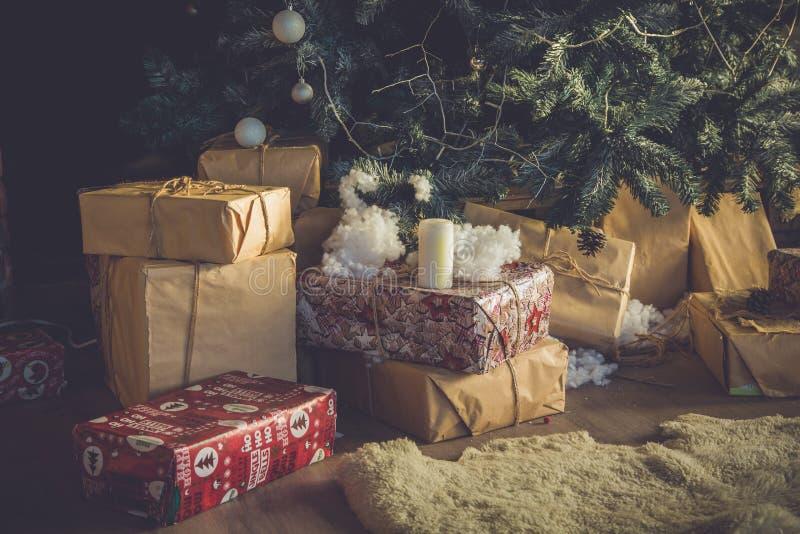 Χριστούγεννα και νέα δώρα έτους κοντά στο χριστουγεννιάτικο δέντρο στοκ εικόνα