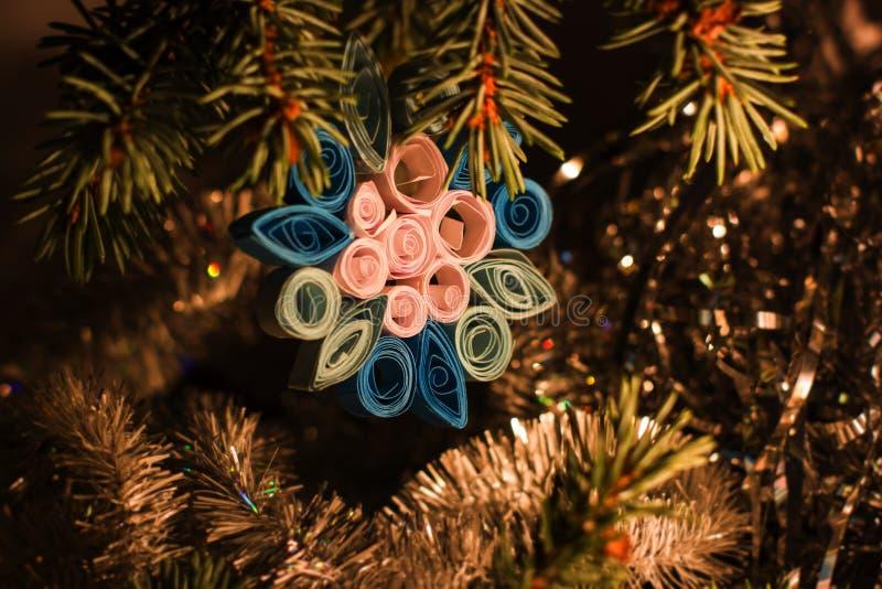 Χριστούγεννα και νέα τέχνη παιδιών έτους ` s Χέρι - γίνοντες διακοσμήσεις παιχνιδιών στο δέντρο στοκ εικόνες με δικαίωμα ελεύθερης χρήσης