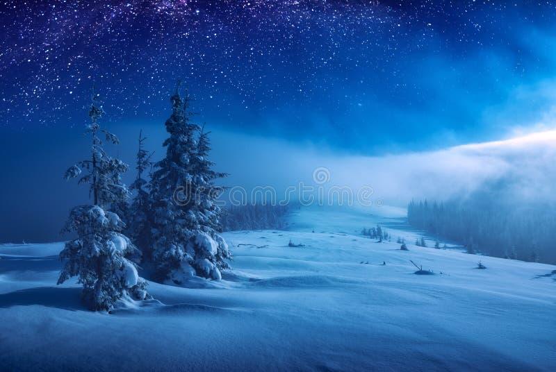 Χριστούγεννα και νέα χειμερινή νύχτα έτους στοκ εικόνες