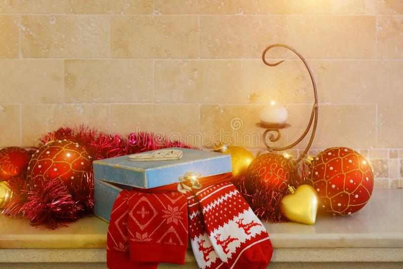 Χριστούγεννα και νέες διακοσμήσεις έτους: κόκκινα και χρυσά σφαίρες Χριστουγέννων, κερί και κιβώτιο δώρων στοκ εικόνες