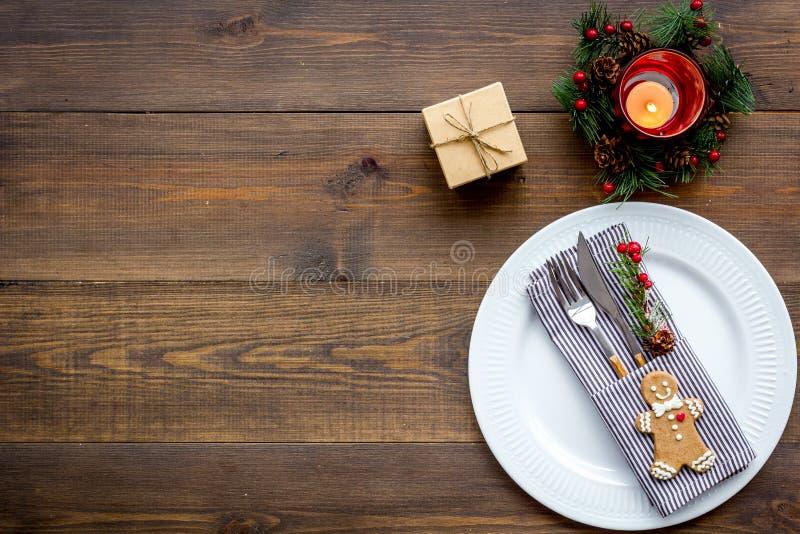 Χριστούγεννα και νέος εορτασμός έτους με το δέντρο δώρων και έλατου στην ξύλινη χλεύη άποψης επιτραπέζιου υποβάθρου τοπ επάνω στοκ εικόνες